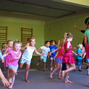De Wiebelbeentjes activiteiten voor kleuters peuter dans turn motoriek denken voelen bewegen workshop